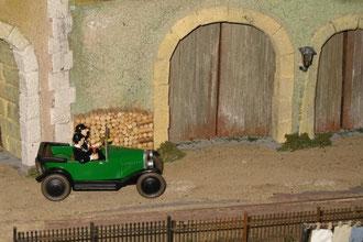 Die beiden eher als ungeschickt bekannten Detektive Schulze und Schulze, französisch Dupont et Dupont, beobachten im Massstab 1:43 in ihrem Citroën 5 HP aus dem Jahre 1924 so unauffällig wie möglich ein Bahnhofsareal.