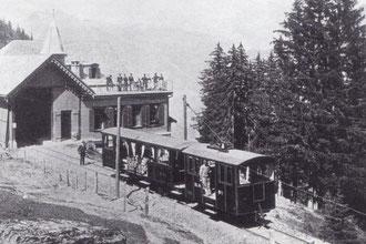 Zug der Bergbahn Lauterbrunnen–Mürren beim Bahnhof Grütschalp bestehend aus dem Personenwagen A2 und Elektrolokomotive Ge 2/2 um 1891.