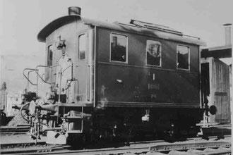 Ed 2/2 1 Kastendampflokomotive der LHB (VHB) vor dem Depot Huttwil etwa 1940