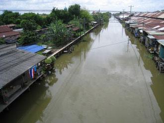 運河沿いの住宅 右側は土産物のマーケットで左側が住宅地