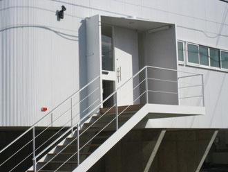 シンプルなデザインの階段手すり  どうしてもゴツいデザインにはしたくありませんでした