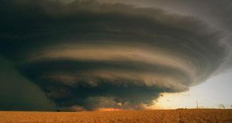 カンザス州の竜巻  本家本元の竜巻は、風速が250km/hにもなるそうです