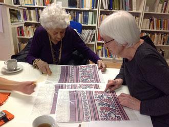 Elly Koch, links, mit unserer Mitarbeiterin Katrin Hofer im Frauenkulturarchiv (Bild Elisabeth Ludwig)