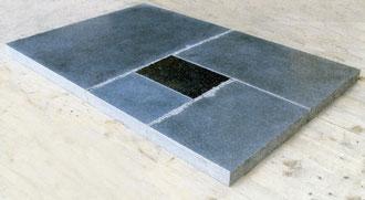 """Ulrich Rückriem """"Impala"""", 2009, Granitplatte, geschnitten, gespalten, gesägt, poliert, 120 x 80 x 5 cm, gilt als Unikat (#3 von 6 Platten in den gleichen Maßen und Aufteilung)"""