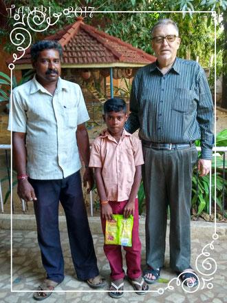 Gokul revenant juste de l'école entouré de son père et son parrain