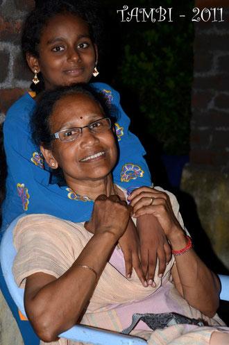 Mangay, venue visiter Thambi Illam en août 2011, entourée des bras de Nandini.