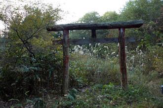 蛇王神社の鳥居。現在は、見学者が多くなり鳥居も塗り直され、横には駐車場が整備されている。