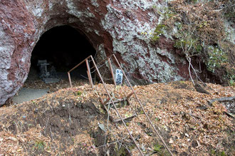 御室洞窟の入口、奥の院の札が見える