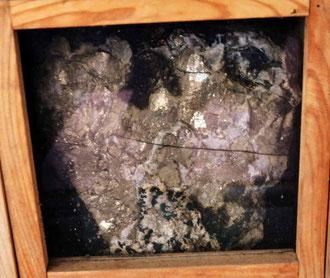 「山ノ神」の両脇には大きな黄鉄鉱の塊が祀られている