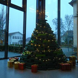 Selbstgestalteter weihnachtsbaum im atrium der cfs for Amerikanischer weihnachtsbaum