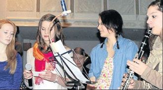 Unterstützten unter anderem den Chor der älteren Schüler: (von links) Eva Klinge, Melanie Hiepe, Sarah Ruckert, Vanessa Hosbach.