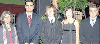 Besondere Leistungen: Kerstin Gnoth (links) freute sich, Prabhjot Singh, Jonah Schreiber, Jana Happel und Maik Neufeld (von links) Geschenke für ihre besonderen Leistungen überreichen zu können.