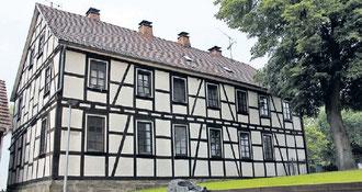 Vor dem Neubau der Schule an der Rosenthaler Straße wurden die Gemündener Kinder in einem alten Haus nahe der Kirche unterrichtet. Es steht noch heute.