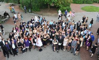 Große Garderobe für den letzten Tag: Die Schulabgänger der KGS. (Foto: GEN)