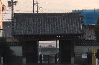 大樹寺正面から門中の岡崎城を見下ろす