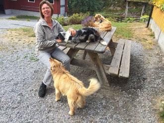 Simone bei ihrer Lieblingsbeschäftigung, ... Hunde kraulen und verwöhnen.