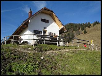 Von der im Sommer bewirtschafteten und 1320 Meter hohen Staffelalm  sieht man schon das Gipfelkreuz des Rabenkopfs.