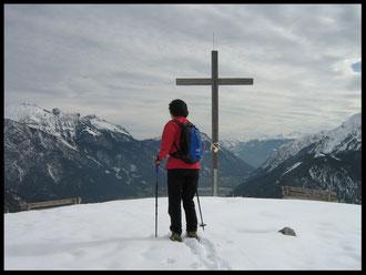 Blick vom 1562 Meter hohen Feilkopf hinunter nach Pertisau und auf den Achensee.