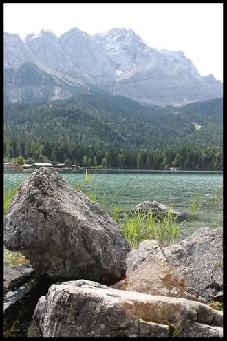 Blick auf den Eibsee und die  2962 Meter hohe Zugspitze