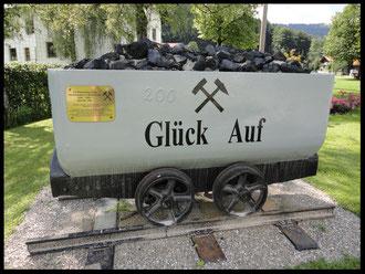 Diese Lore in der Dorfmitte erinnert an die Mariensteiner Bergbau-Vergangenheit.