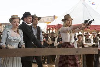 Sous les yeux d'Amanda Seyfried et de son fiancé moustachu, Charlize Theron apprend à Seth MacFarlane à tirer un bon coup (UPI)