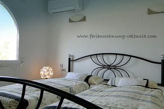 Schlafzimmer mit neuer Klimaanlage von Mitsubishi