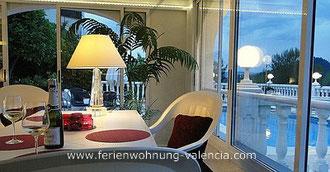 Auf dem Bild: Ferienwohnung Valencia, Villa Gandia Hills, Meerwasser-Pool & Wintergarten am Abend, Foto: Birgitta Kuhlmey, Valencia, Spanien