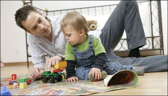 Играя с ребёнком, родители учат как играть. В процессе игры проходит обучение