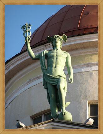 В Петербурге статуя Гермеса украшает огромный фасад Елисеевского магазина.
