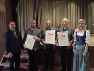 Rudi  Heilig und Melanie Pahn ernennen verdiente langjährige Musiker zu  Ehrenmitgliedern des Vereins. von links: Franz Maucher (Tenorhorn und seit 42  Jahren Kassier); Karlfried Maucher (Flügelhorn), Otto  Rebmann (Horn/Fahnenbegleiter)