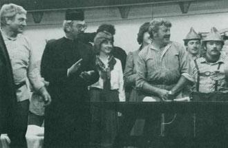 """Zum Leonhardsfest 1983 bildete sich aus den aktiven Musikern eine Laienspielgruppe und führte im """"Adler"""" in Gaisbeuren das Stück """"Schicksal des Bauern Michael Lenk"""" auf."""