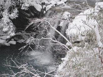 雪で覆われた暮雨ノ滝