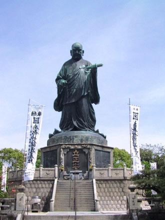 福岡東公園の日蓮大聖人銅像