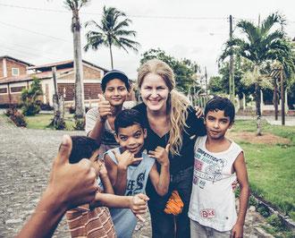 Inka mit Kindern aus dem Dorf beim Spielen mit ihrer Kamera.