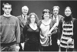Rosanna al centro con Fernando Pedrolini della fondazione Lavezzari e con  al suo fianco i  3 giovani studenti  premiati