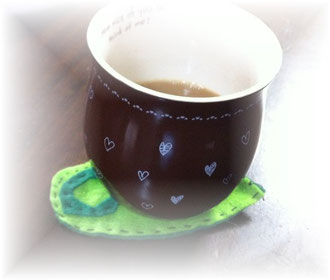 フエルトのコースターで飲むコーヒー