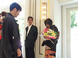 花束と絵本「両手いっぱいのありがとう」を贈呈