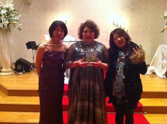 左・吉本令子さん(ピアノ)、中央・多恵子さん(ヴォーカル)、右・私