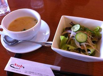ampランチのスープとサラダ