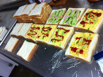 サンドイッチ作り中