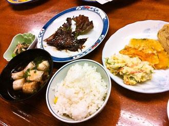 煮魚、和えもの、ポテトサラダ、かぼちゃの天ぷら、コーンご飯、お吸い物など