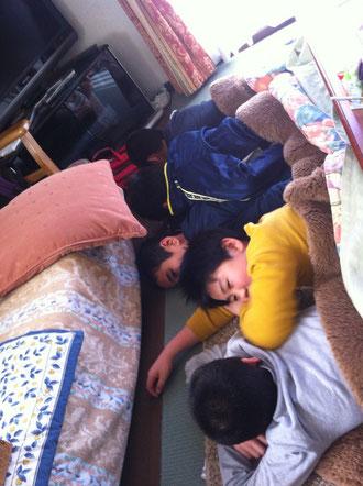 朝食の後、こたつで遊ぶ息子たち