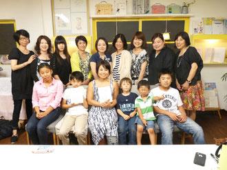 クーリカン智子さんを囲んで記念撮影
