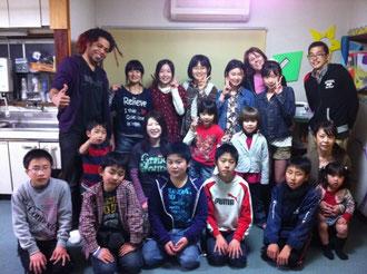卒業する6年生と先生たち