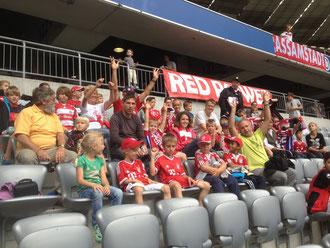 In der Fankurve: Junge Fußballer aus Wall mit ihren Trainern bei der Saisoneröffnung in der Münchner Arena.