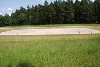 Ovalbahn 250m mit Flutlichtanlage und innenliegendem Dressurviereck 20x40m