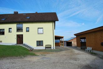 Wohnhaus mit überdachtem Sattelplatz und gegenüberliegender Sattelkammer