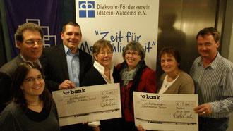 Der Vorstand des Diakonie-Fördervereins überreicht zwei Schecks zu je 5.000 Euro an die Diakoniestation und den Mobilen Sozialen Dienstes.