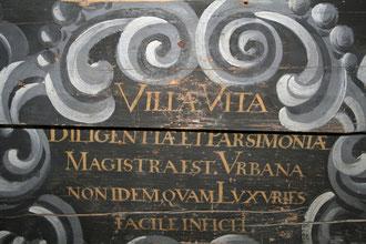 Spruch über ehemaligem Eingang