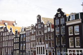 Amsterdam ist ein einziges großes Freilichtmuseum. Hier eine typische Häuserzeile.